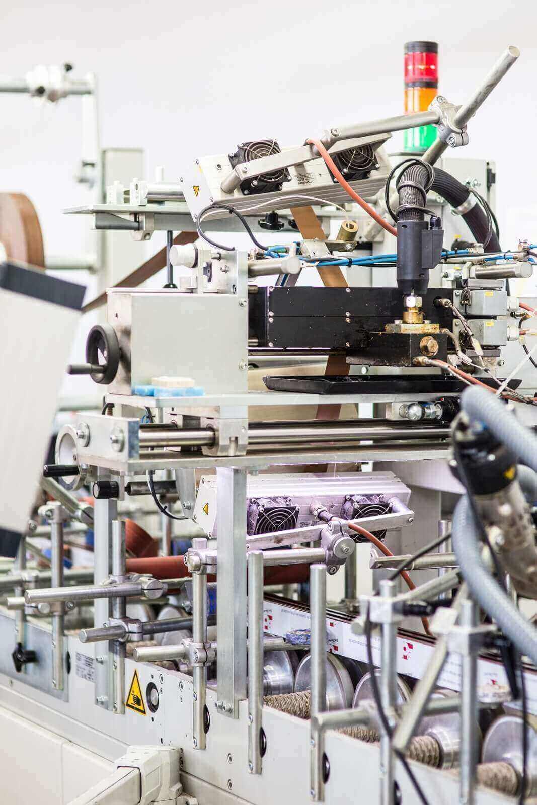 Maszyna do nakładania okleiny na prowadnice rolet zewnętrznych