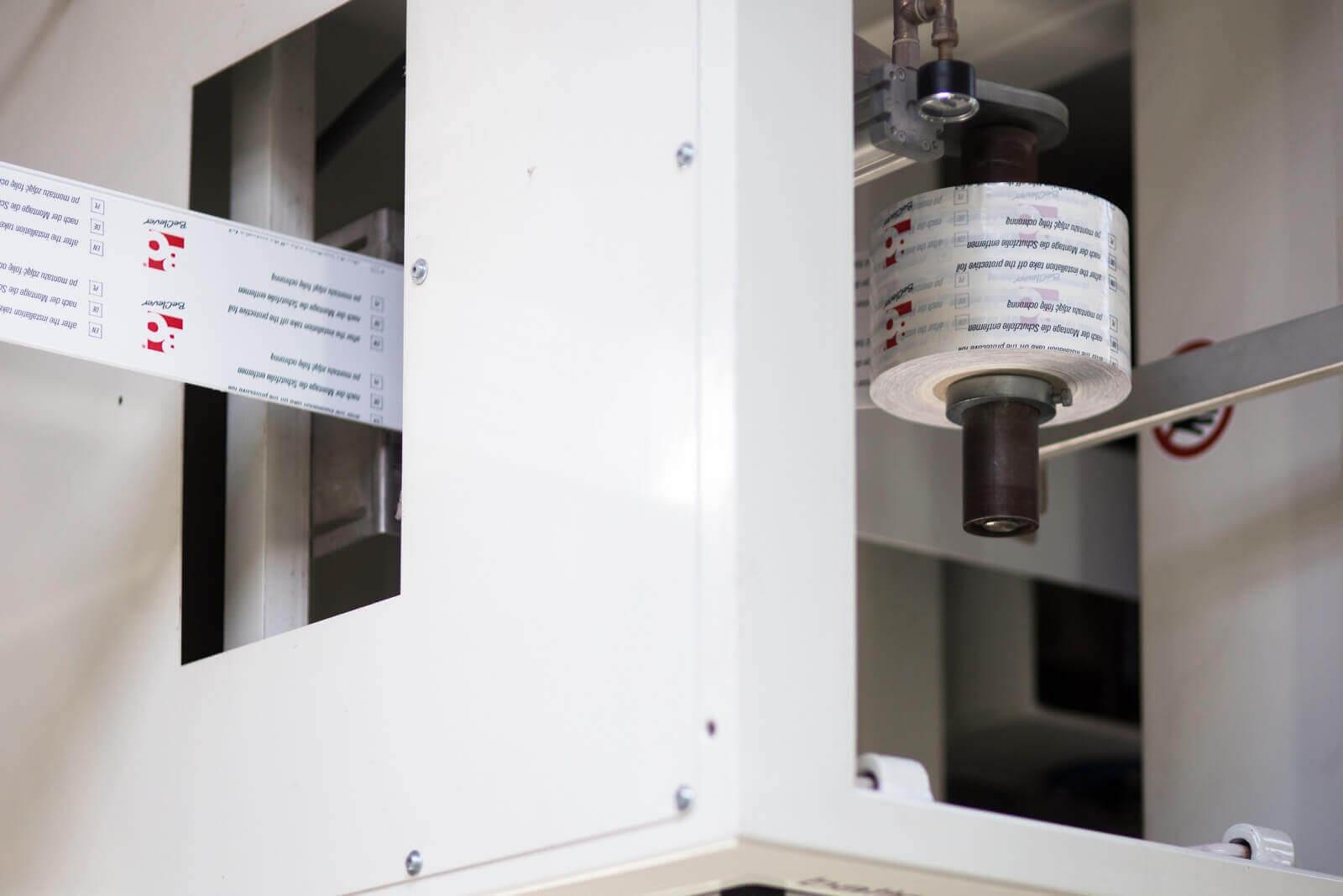 Naklejanie folii ochronnej na rolety zewnętrzne BeClever