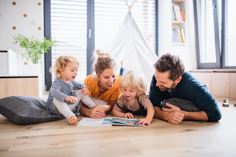 Szczęśliwa rodzina w bezpiecznym domu z żaluzjami zewnętrznymi