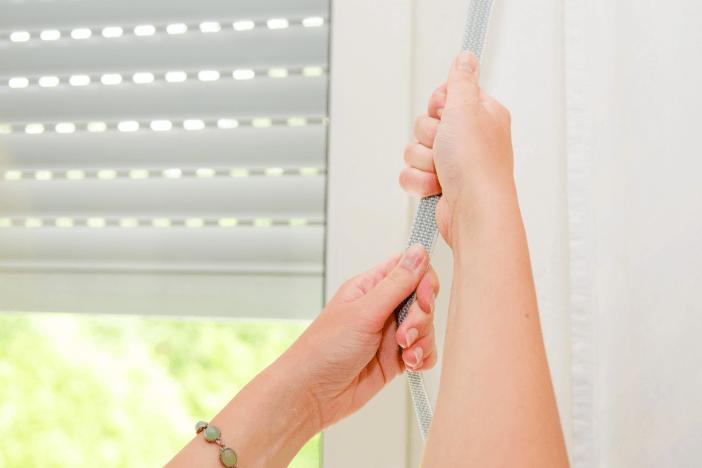 Sterowanie roletami zewnętrznymi poprzez pociąganie sznurka, linki lub taśmy